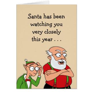 Santa está mirando tarjeta de felicitación
