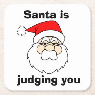 Santa le está juzgando posavasos desechable cuadrado