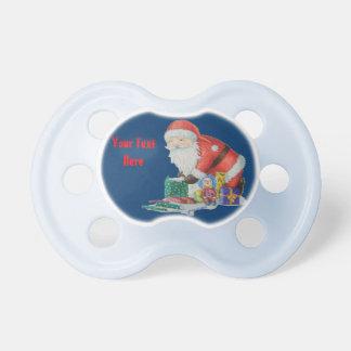 Santa lindo y juguetes que envuelven los regalos chupetes