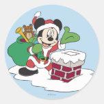 Santa Mickey que va abajo de la chimenea Pegatina Redonda
