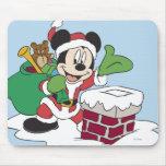 Santa Mickey que va abajo de la chimenea Alfombrilla De Ratones