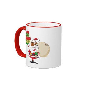 Santa negro con los regalos taza
