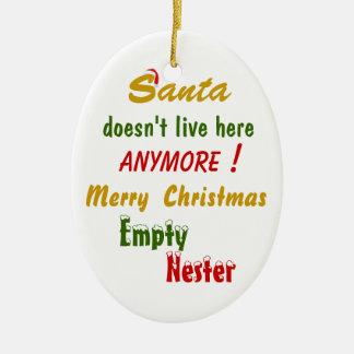 ¡Santa no vive aquí más! Adorno Ovalado De Cerámica