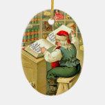 Santa que comprueba su lista ornamento para arbol de navidad