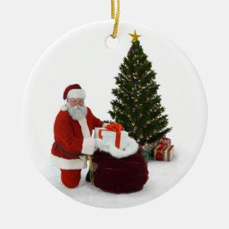 Santa que descarga los regalos por el árbol adorno navideño redondo de cerámica