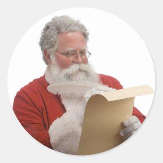 Santa que escribe la lista traviesa y Niza Pegatina Redonda