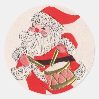 Santa que juega un tambor etiqueta redonda