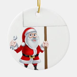 Santa que lleva a cabo la llave y la muestra adorno navideño redondo de cerámica