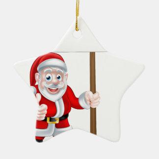 Santa que lleva a cabo la muestra adorno navideño de cerámica en forma de estrella