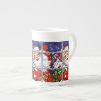 Santa que mira a través de las tazas de la especia taza de porcelana