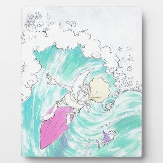 Santa. que practica surf placa de madera