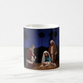 Santa que se arrodilla en la natividad taza de café