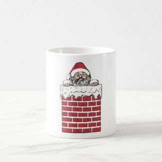 Santa que sube abajo la chimenea tazas