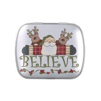 Santa y el reno creen las latas y sacuden el jarrones de caramelos