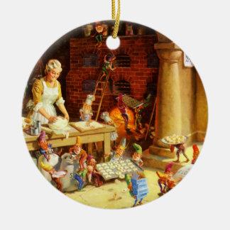 Santa y la señora Claus y los duendes cuecen las Adorno Navideño Redondo De Cerámica