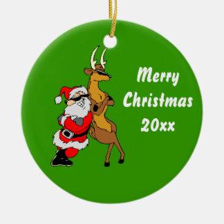 Santa y reno frescos con las gafas de sol adorno redondo de cerámica