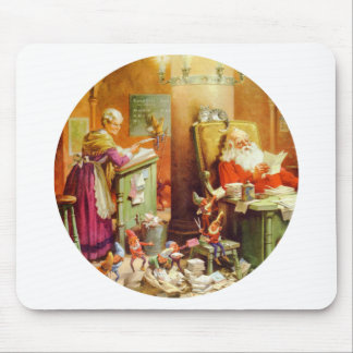 Santa y señora Claus que hace su lista de niños Alfombrillas De Ratón