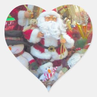 Santa y sus amigos de los muñecos de nieve pegatina en forma de corazón