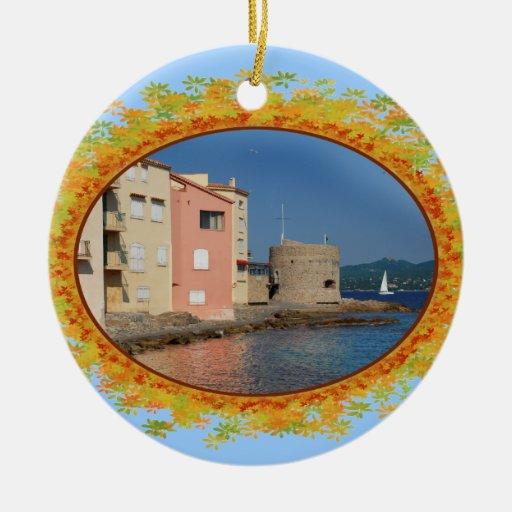 Santo famoso Tropez del pueblo en el marco de Adorno Navideño Redondo De Cerámica