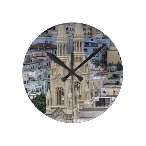 Santos Peter e iglesia de Paul en San Francisco Reloj Redondo Mediano