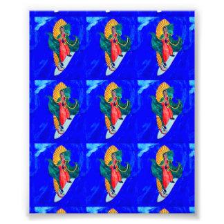 santos que practican surf en la impresión azul de fotografías
