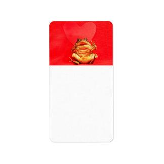 Sapo de la rana delante de la foto roja del corazó etiquetas de dirección
