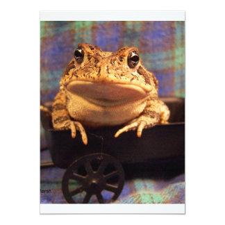 """Sapo de la rana en carro negro con el fondo de la invitación 5"""" x 7"""""""