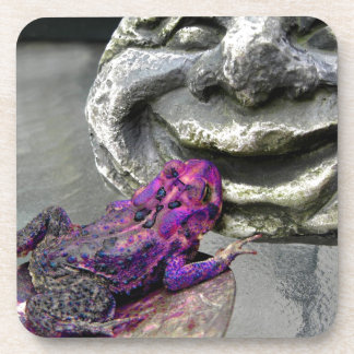 Sapo que se besa púrpura posavasos