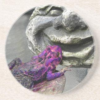 Sapo que se besa púrpura posavasos diseño