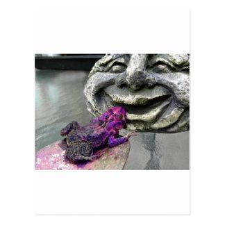 Sapo que se besa púrpura postal