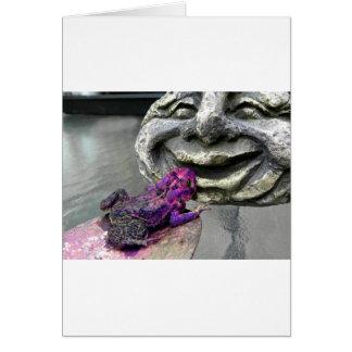 Sapo que se besa púrpura tarjeta de felicitación