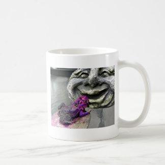 Sapo que se besa púrpura taza