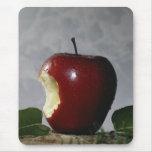 Saque la mordedura de Apple Alfombrilla De Ratón