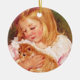 Sara que sostiene su gatito de Marie Cassatt Adorno Navideño Redondo De Cerámica