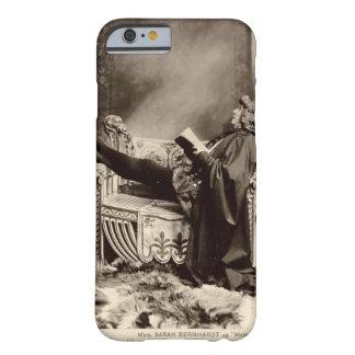 Sarah Bernhardt (1844-1923) como Hamlet en el 1899 Funda De iPhone 6 Barely There
