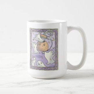 Sarah hace frente a la taza de café de las calabaz