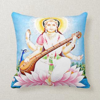 Saraswati que se sienta en Lotus rosado Cojin