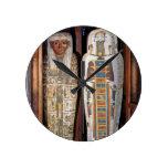 Sarcófago egipcio cubierto con los hieroglyphics ( reloj redondo mediano