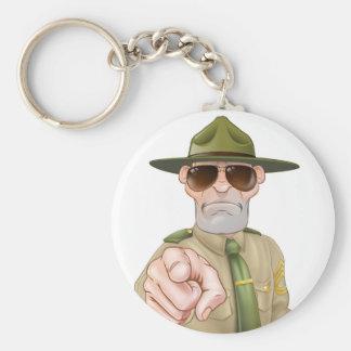 Sargento de taladro enojado el señalar llavero redondo tipo pin
