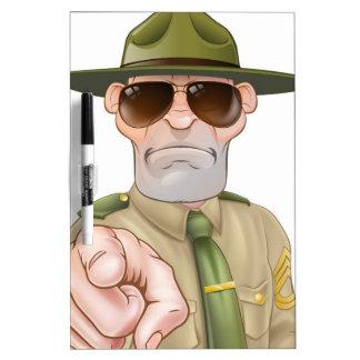 Sargento de taladro enojado el señalar pizarras