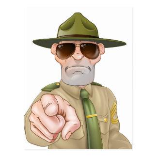 Sargento de taladro enojado el señalar postal