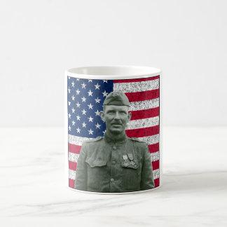 Sargento York y la bandera americana Taza