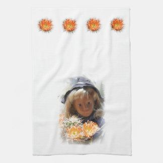 Sasha Scout con flores de cactus paño de vajilla Toalla De Mano