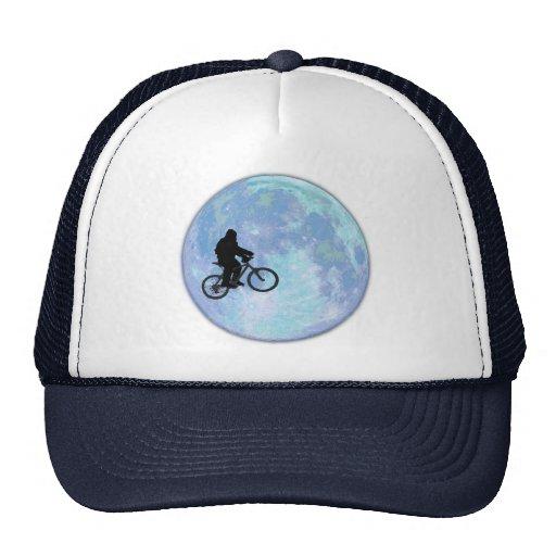 Sasquatch/Bigfoot en la bici en cielo con el gorra