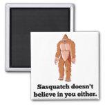 Sasquatch no cree en usted imán cuadrado