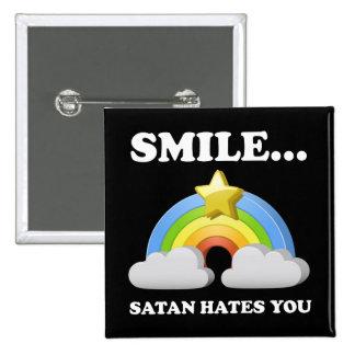 Satan le odia pin cuadrada 5 cm