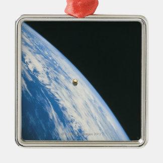 Satélite en órbita adorno navideño cuadrado de metal