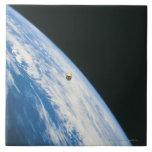 Satélite en órbita azulejos cerámicos