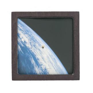 Satélite en órbita cajas de recuerdo de calidad