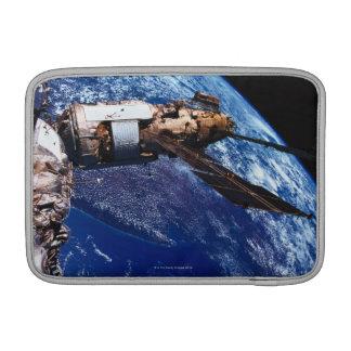 Satélite que está en órbita en el espacio 2 fundas para macbook air